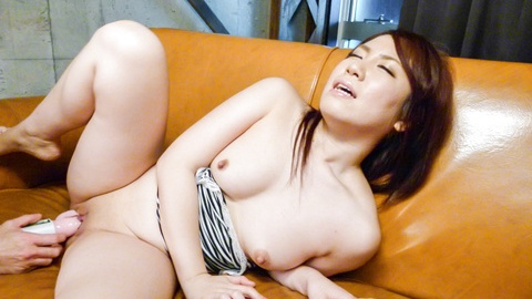 Sakura Ooba cums from an asian huge dildo